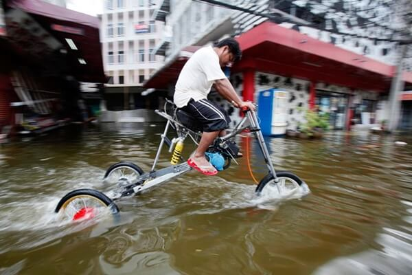 Cara Memperbaiki Motor Mogok Terendam Banjir ⚫ OnlineBerita.com tips & trik Otomotif Mengatasi Motor Mogok Karena Banjir, Mesin Motor Mati, Kick Starter Mogok, Motor Mogok Terendam Banjir Motor Mogok Terendam Banjir, Jangan Panik Ini Solusinya